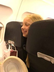 Даринка в літаку заглядає