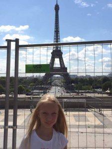 Даруся на фоні Ейфелевої вежі