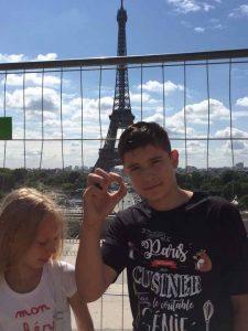 Даруся та Євген на площі перед Ейфелевою вежею