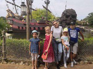 Група Золотого мольберта біля корабля піратів Карібського моря