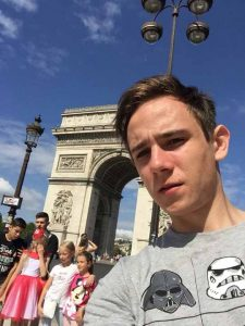 Олександр робить селфі на фоні Тріумфальної арки в Парижі