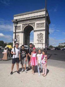 Переможці фіналу Золотого мольберта на фоні Тріумфальної арки у Парижі