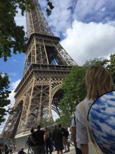 Вероніка у підніжжя Ейфелевої вежі