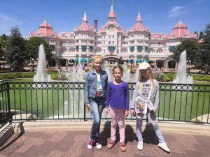 Віка, Софійка та Даринка на фоні палацу в Діснейленді
