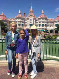 Віка, Софійка та Даринка вітають палац у Діснейленді
