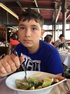 Євген смакує салат Цезар